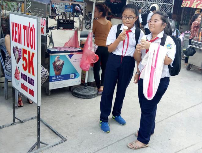 Một điểm bán kem đắt hàng với chiếc máy làm kem tươi chất lượng có giá 36 triệu đồng.