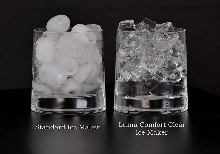 So sánh chất lượng và hình thức nước đá viên từ máy làm đá tinh khiết và máy làm đá thông thường.