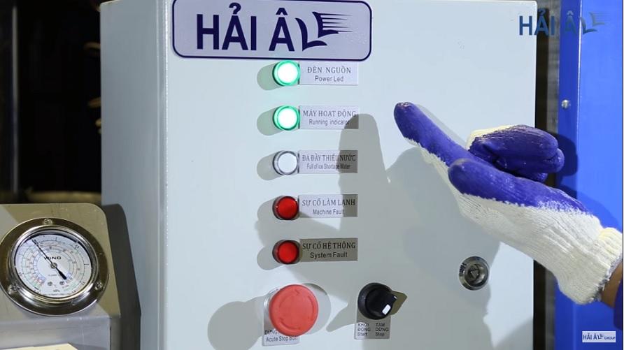 Bảng điều khiển máy làm đá vảy hiện đại dễ sử dụng.