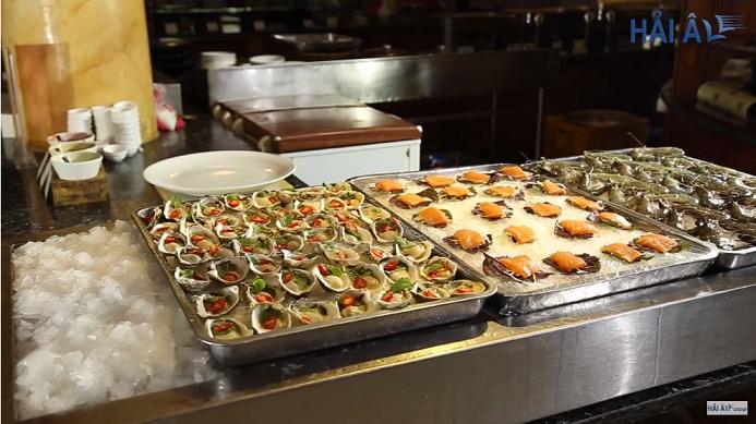 Đá vảy bảo quản và trưng bày hải sản trên bàn tiệc buffet.